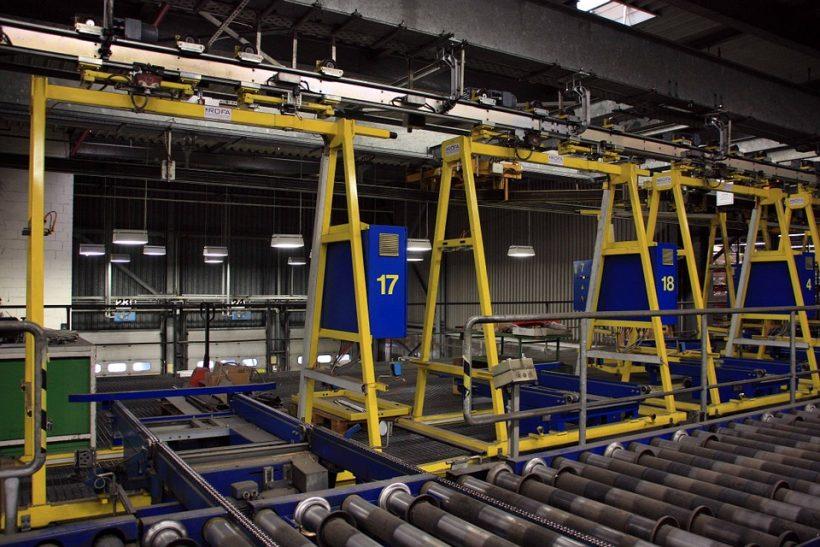 Industrie et charges lourdes : pourquoi recourir au convoyeur aérien ?